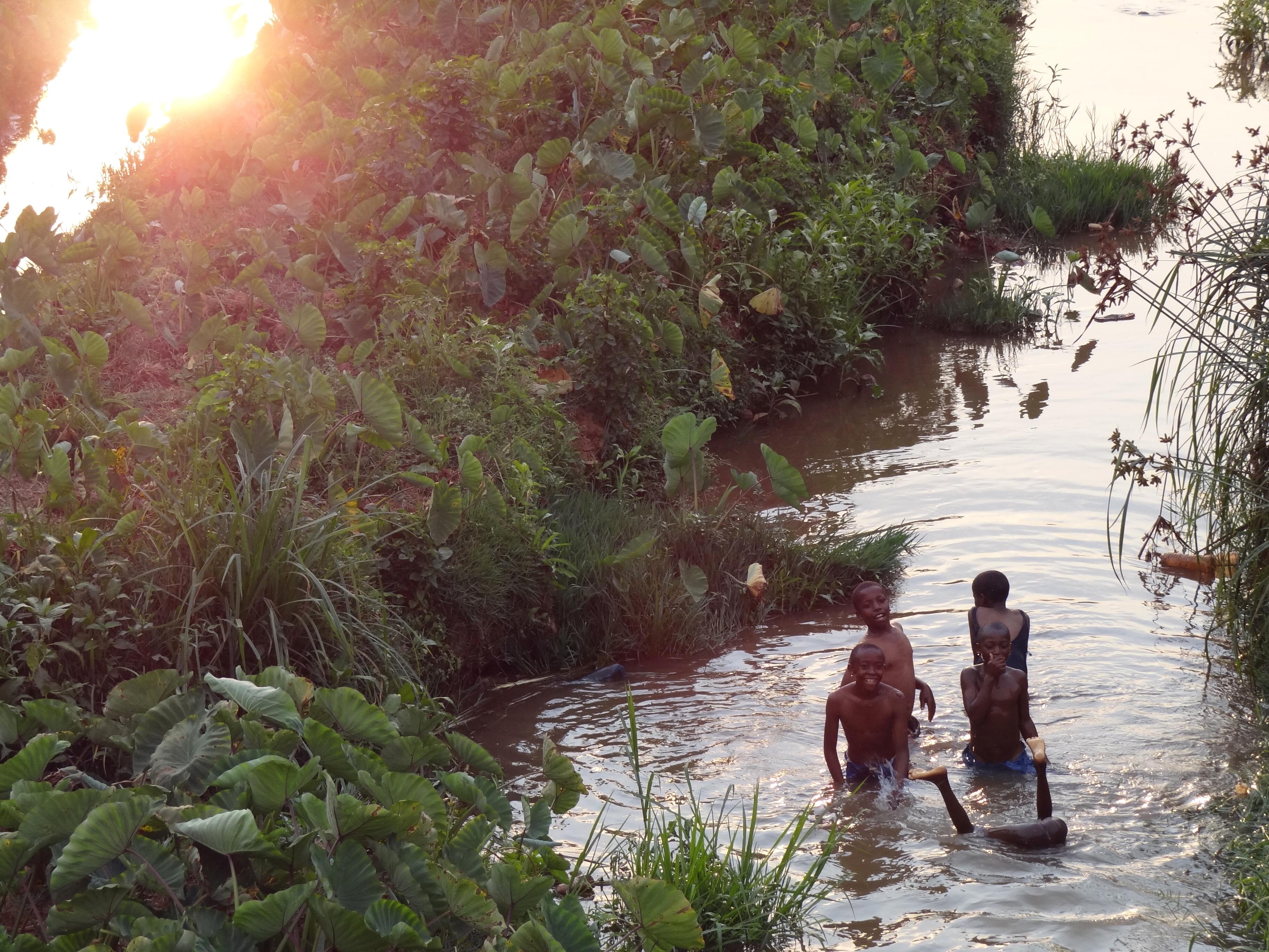 Description children play in river - kigali - rwanda - 02