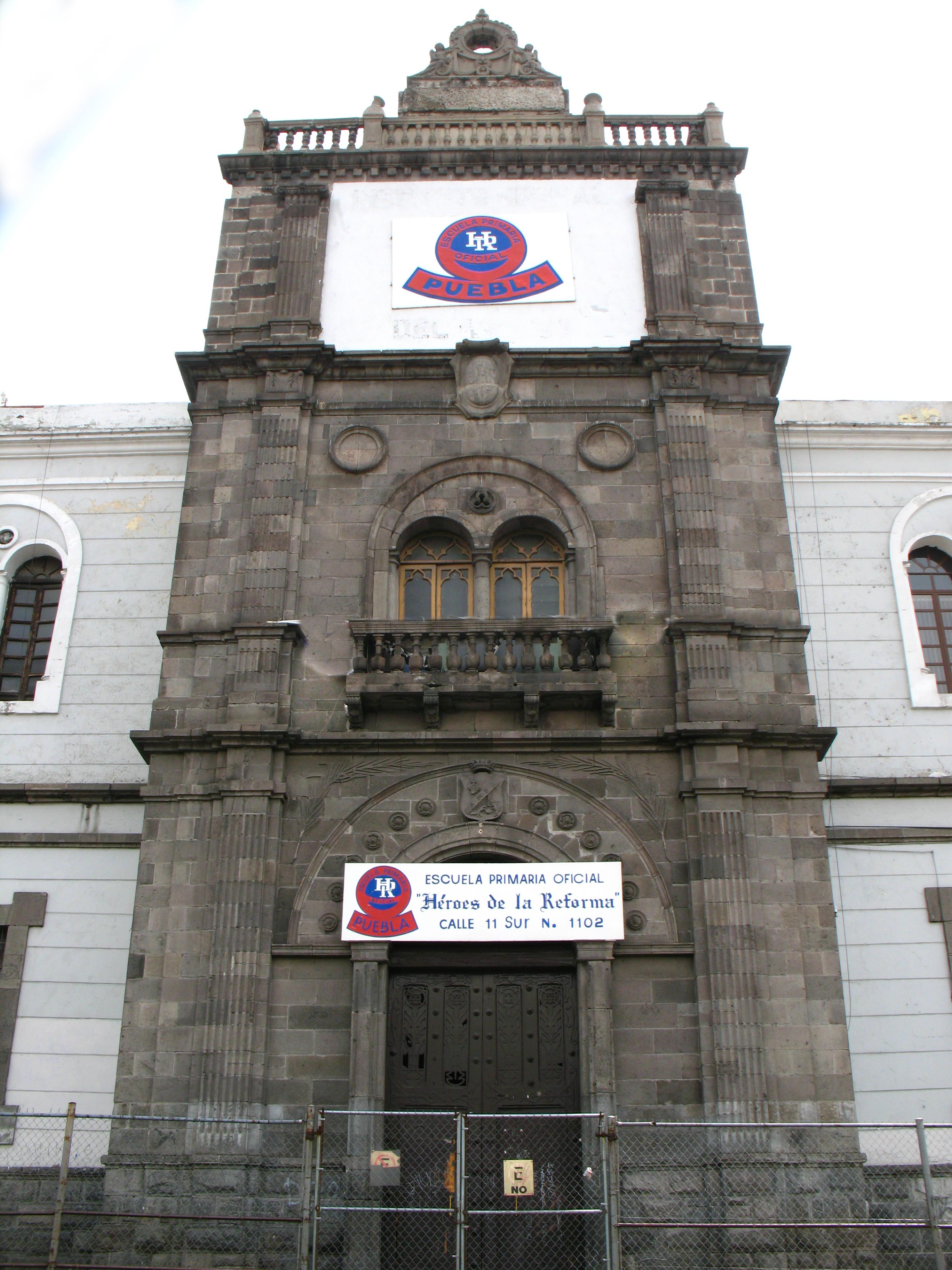 Fachada de la escuela Héroes de la Reforma