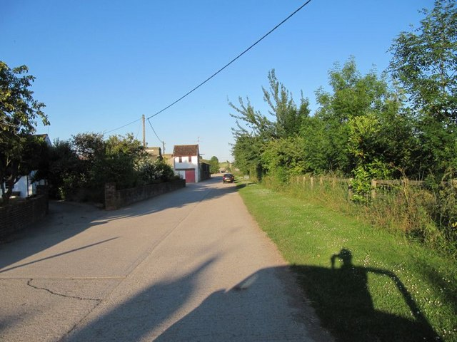 Footpath to the hill - geograph.org.uk - 1379650