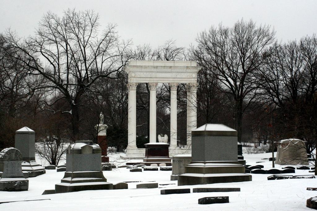 Graceland_Cemetery.jpg