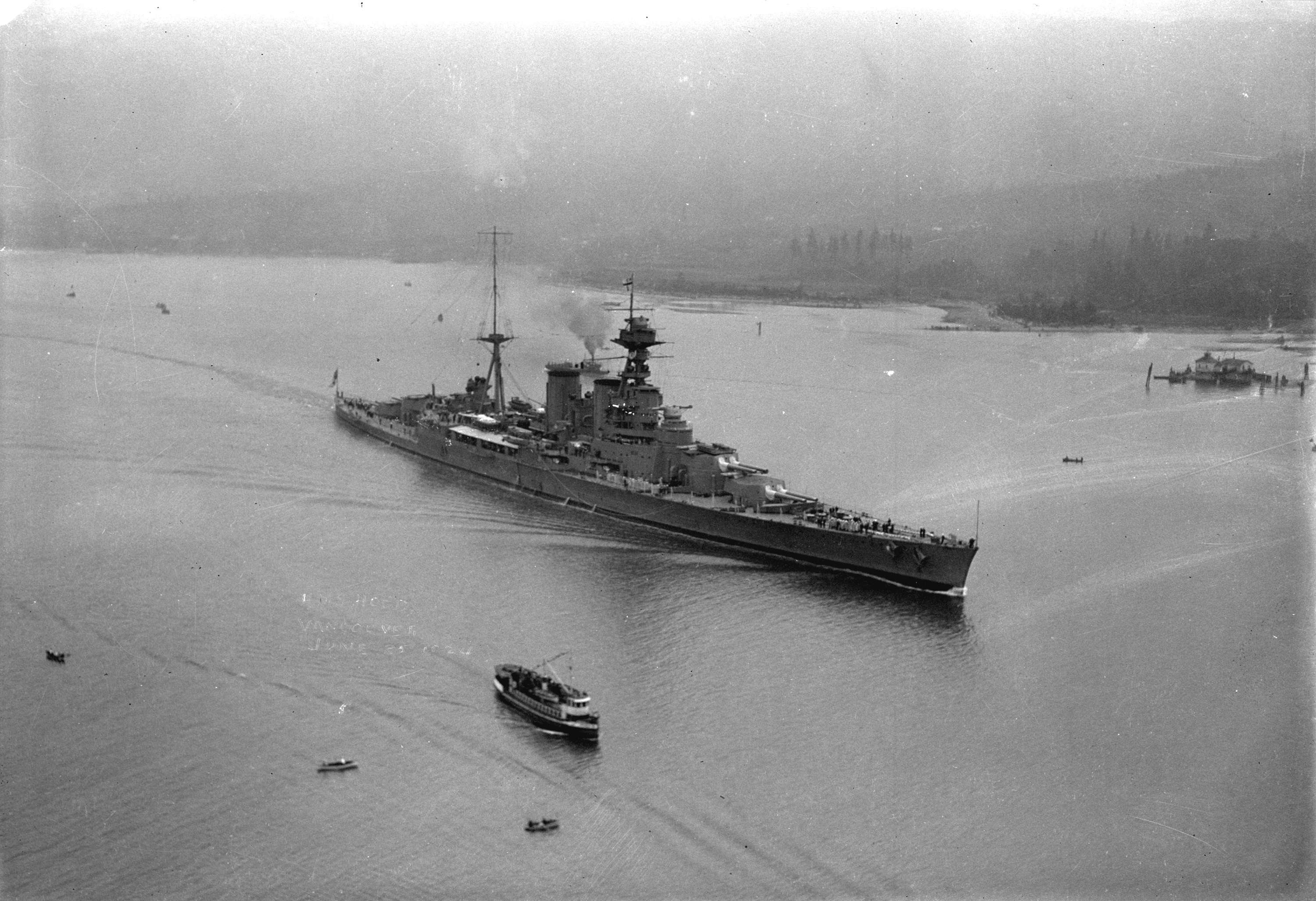 https://upload.wikimedia.org/wikipedia/commons/e/e0/HMS_Hood_entering_Vancouver_Harbour.jpg