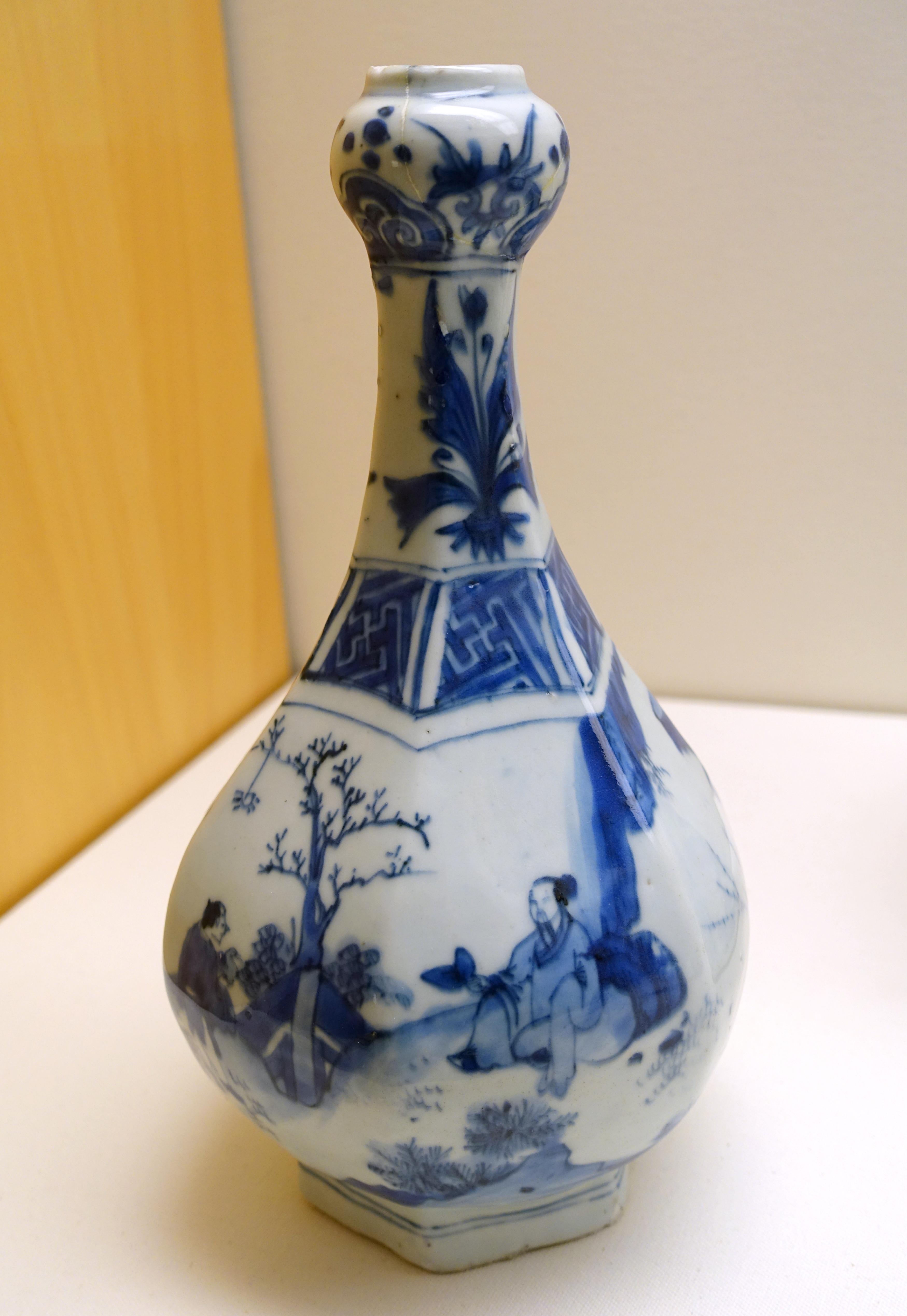 File:Hexagonal garlic-headed vase, China, transitional period, mid