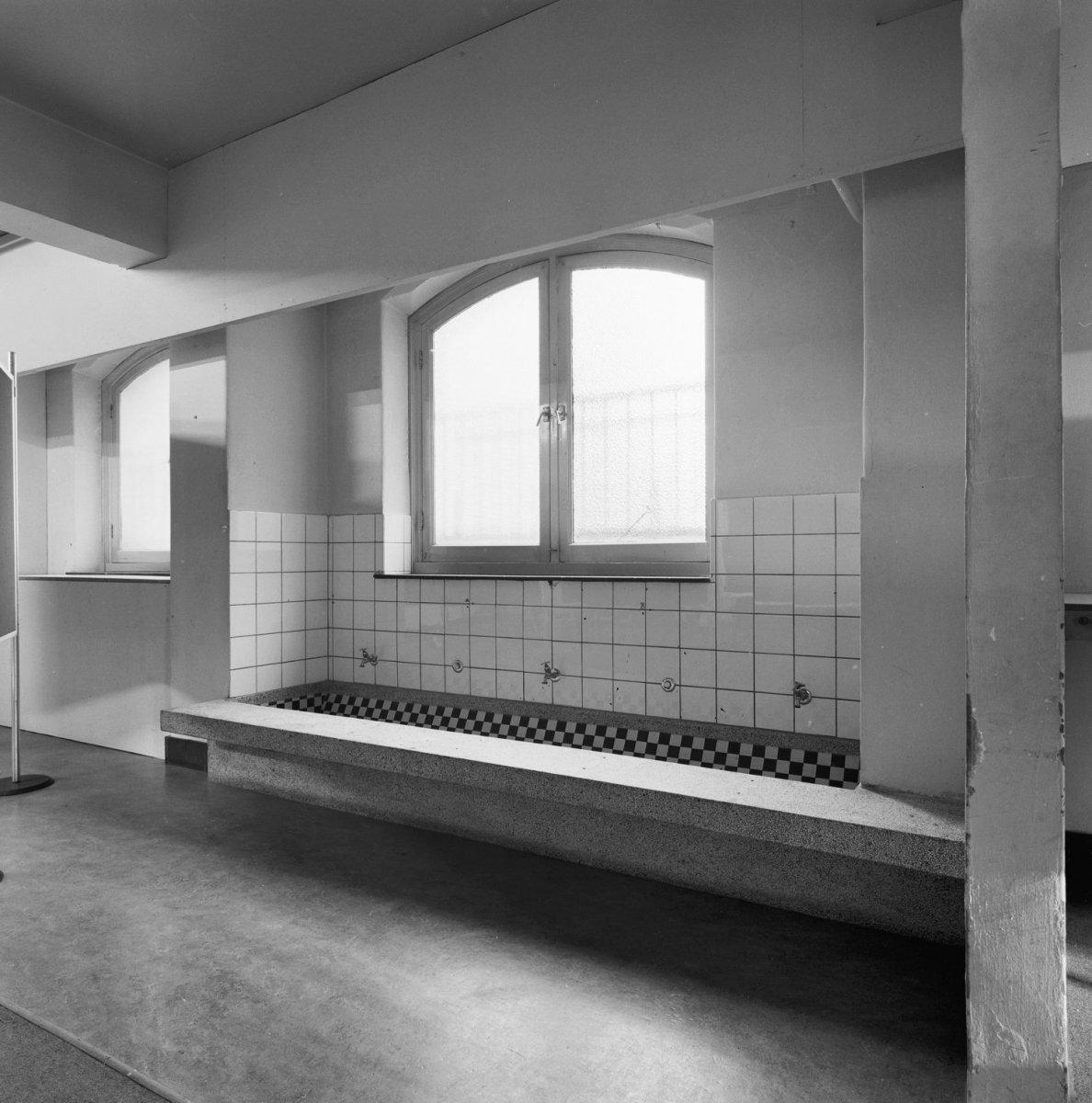 Description Interieur, granieten wasbak in badkamer  's Hertogenbosch