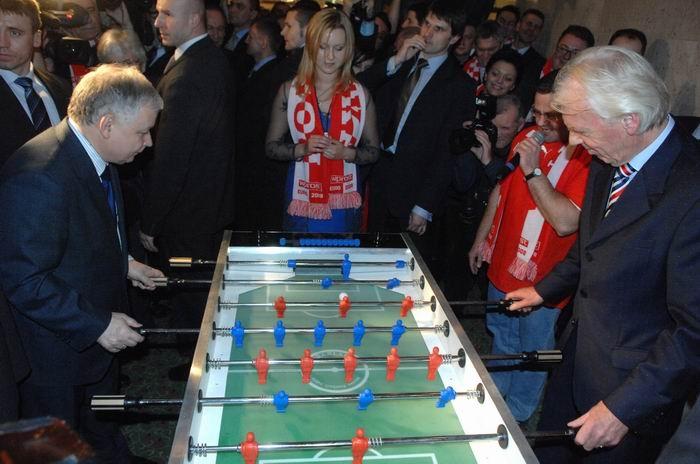 File:Lech Kaczyński vs. Leo Beenhakker play table football.jpg