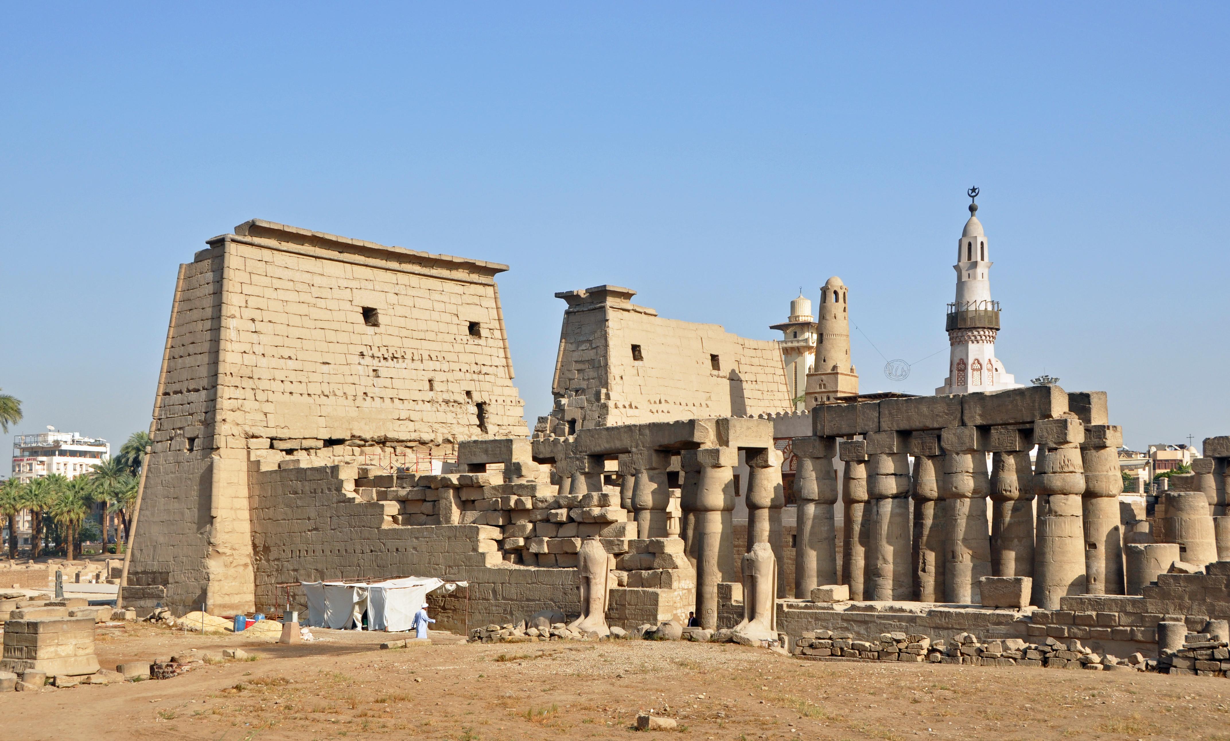 Templo de Lúxor - Wikipedia d7a34d88b18