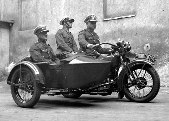 Motocyklowy_patrol_policji_1932.jpg