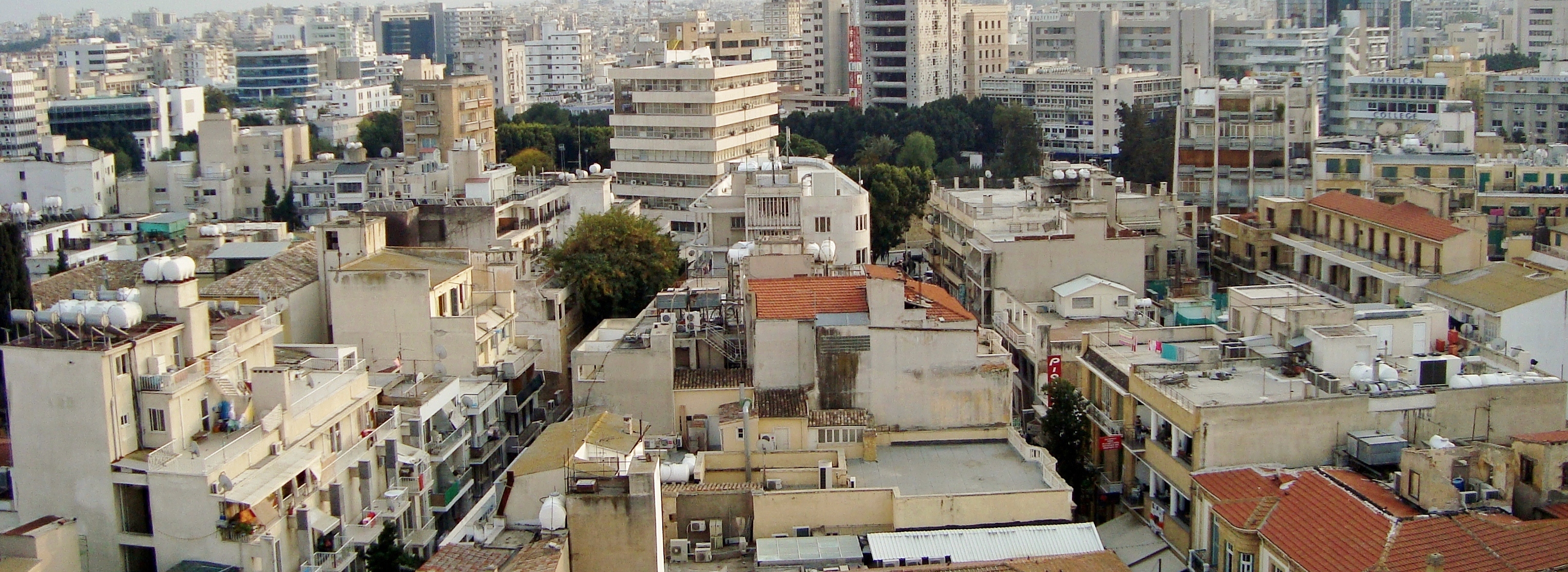 https://upload.wikimedia.org/wikipedia/commons/e/e0/Nicosia_panorama_in_evening.JPG