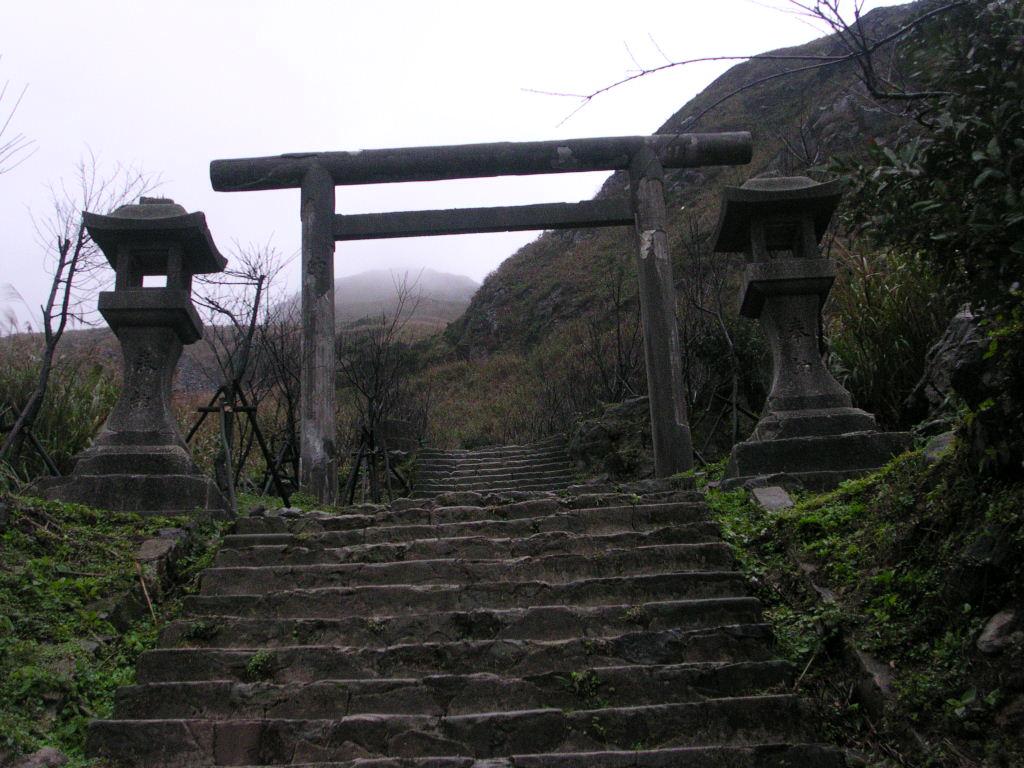 Puerta Torii y dos linternas Toro de piedra