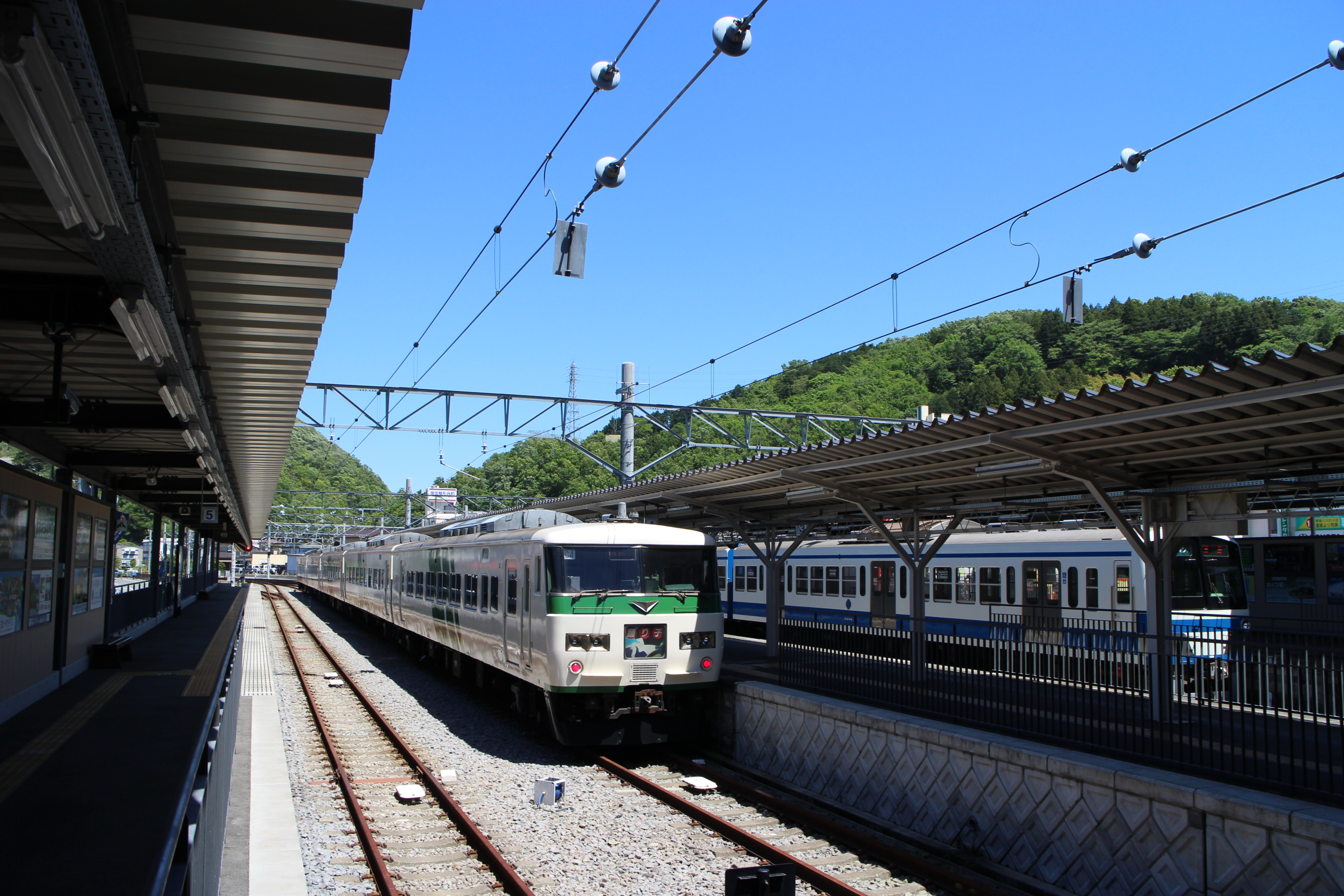 https://upload.wikimedia.org/wikipedia/commons/e/e0/Shuzenji_Station-platform_20160504.jpg