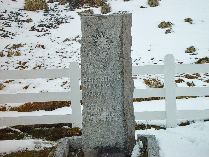 Archivo:South Georgia Ernest Shackleton grave in Grytviken.jpg