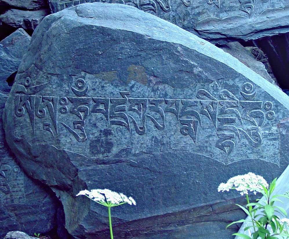 mantra gravé sur un rocher