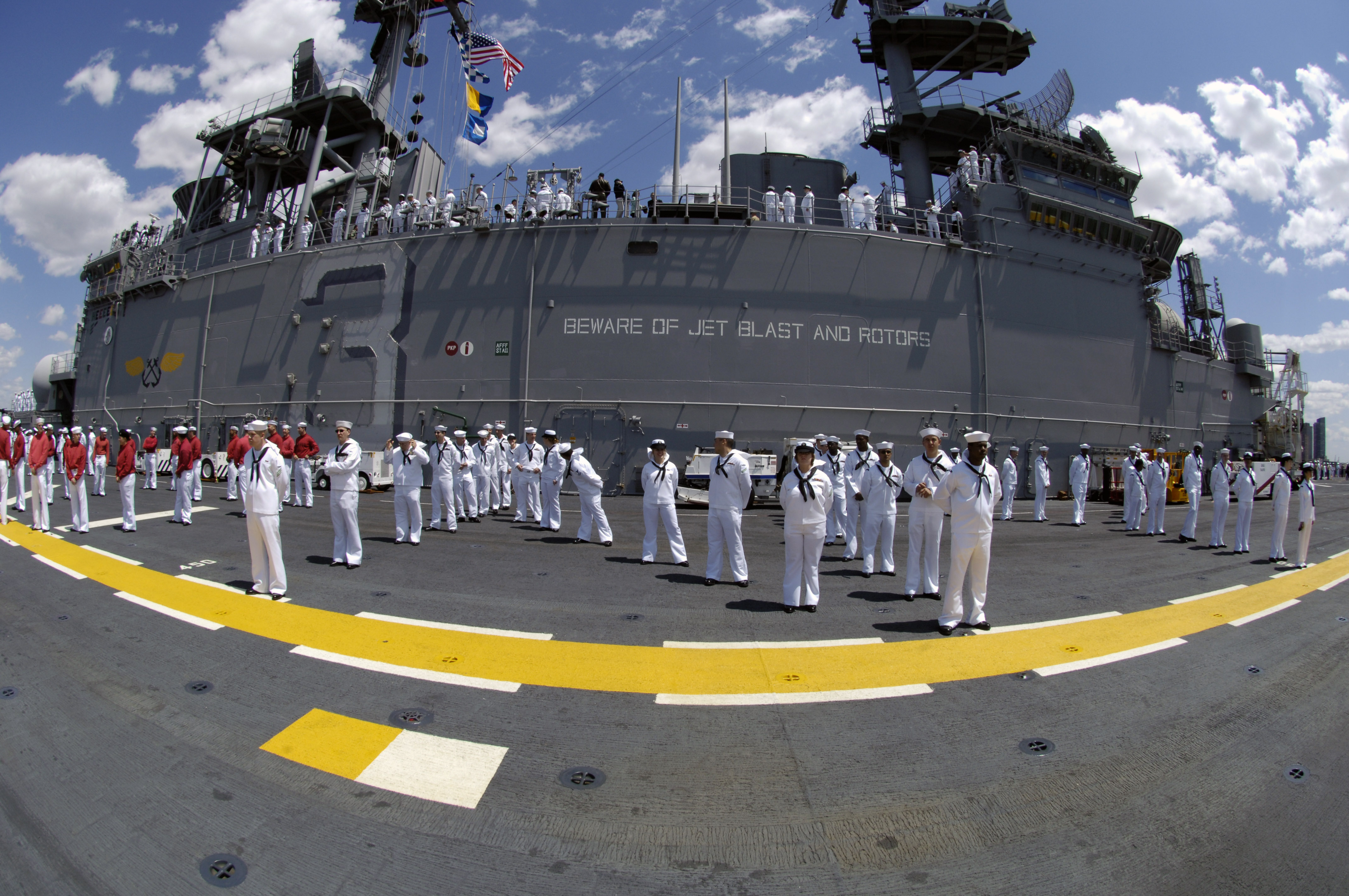 US_Navy_060524-N-7676W-119_ailors_man_the_rails_and_flight_deck_aboard_the_amphibious_assault_ship_USS_Kearsarge_%28LHD_3%29_as_she_arrives_for_the_start_of_Fleet_Week_New_York_City_2006.jpg