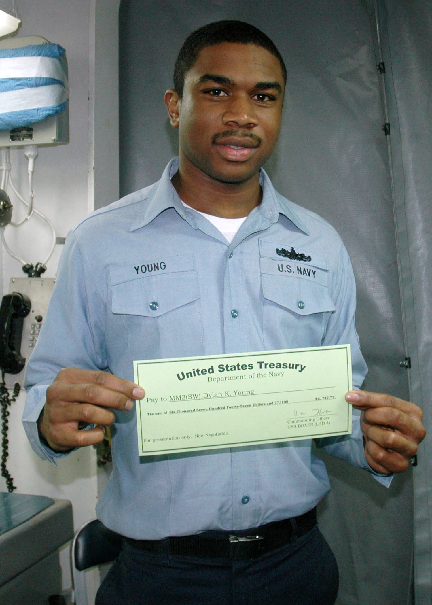 File:US Navy 070310-N-1328S-004 Machinist Mate 3rd Class Dylan ...