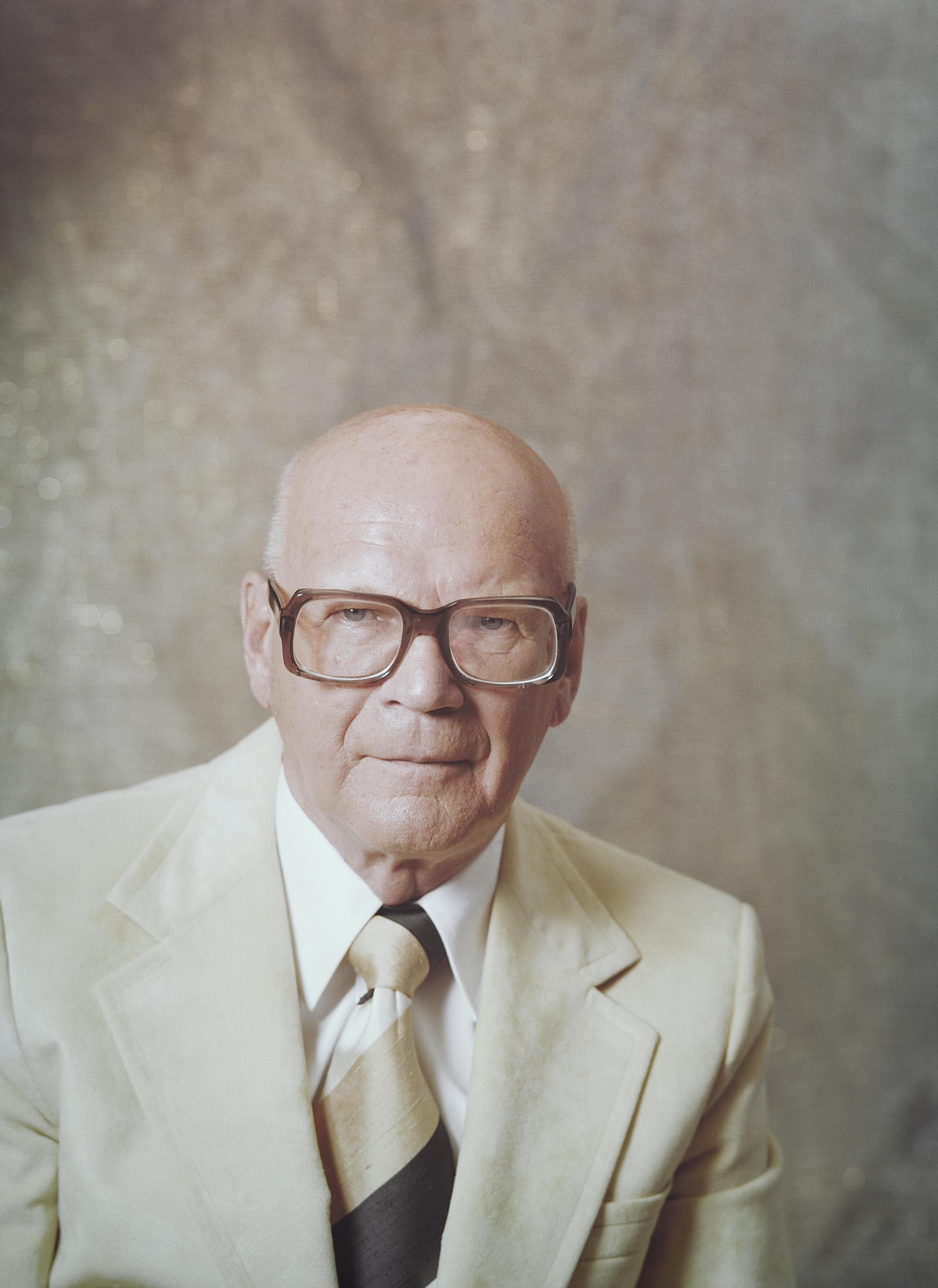 https://upload.wikimedia.org/wikipedia/commons/e/e0/Urho-Kekkonen-1977.jpg