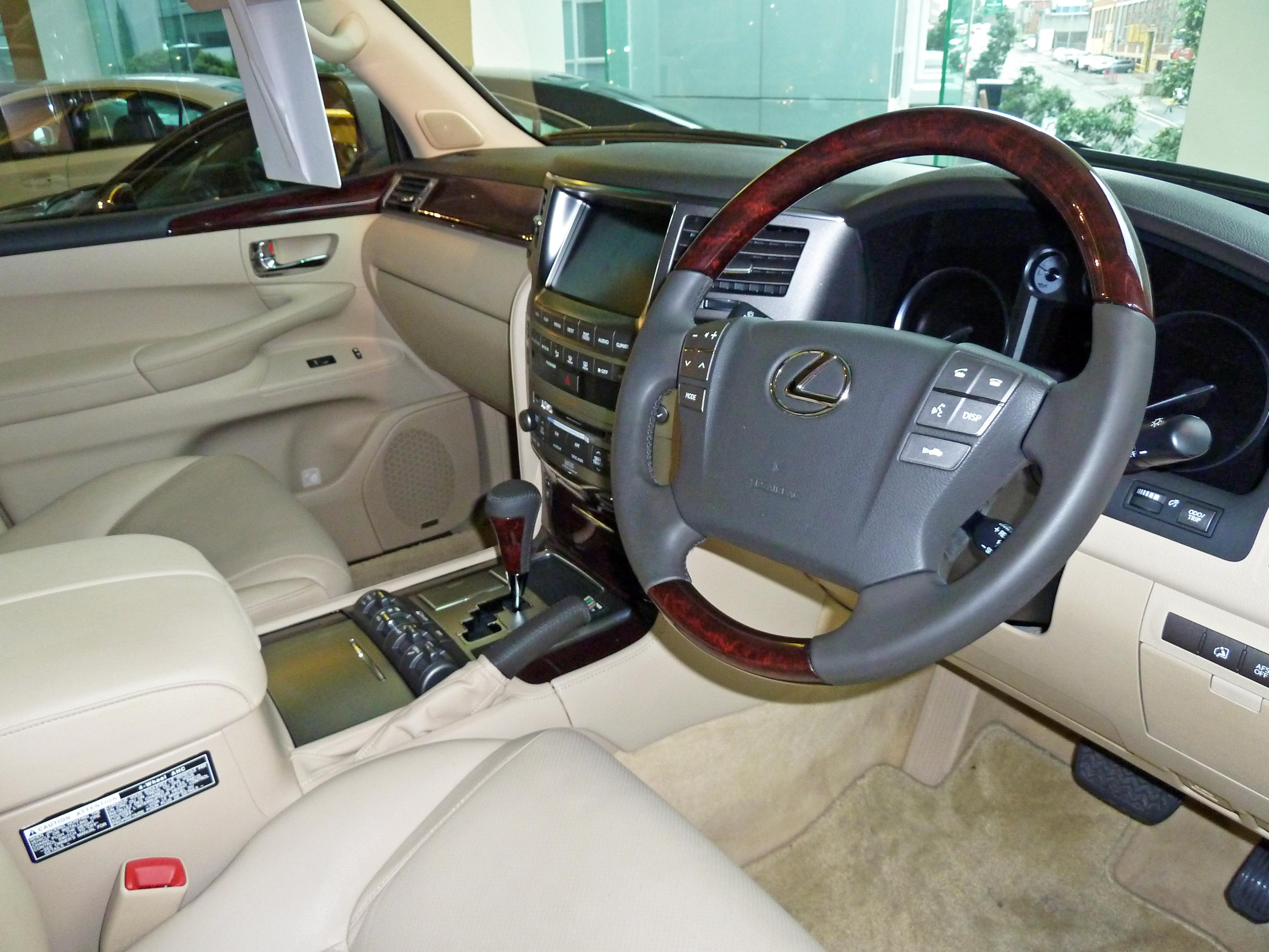 https://upload.wikimedia.org/wikipedia/commons/e/e1/2008_Lexus_LX_570_%28URJ201R%29_Sports_Luxury_wagon_02.jpg