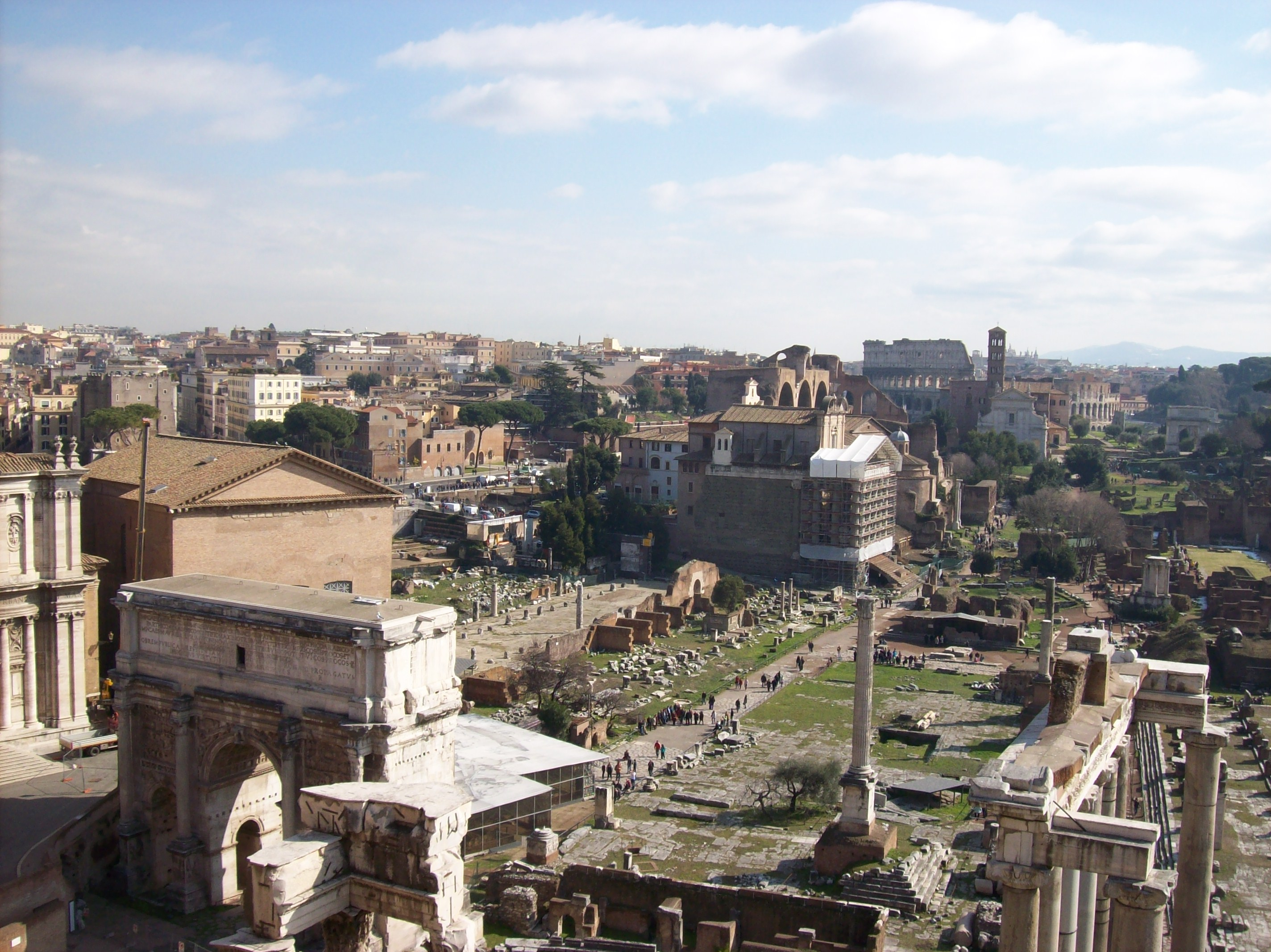 https://upload.wikimedia.org/wikipedia/commons/e/e1/2012-02-17_Foro_Romano_da_Palazzo_Senatorio_1.jpg