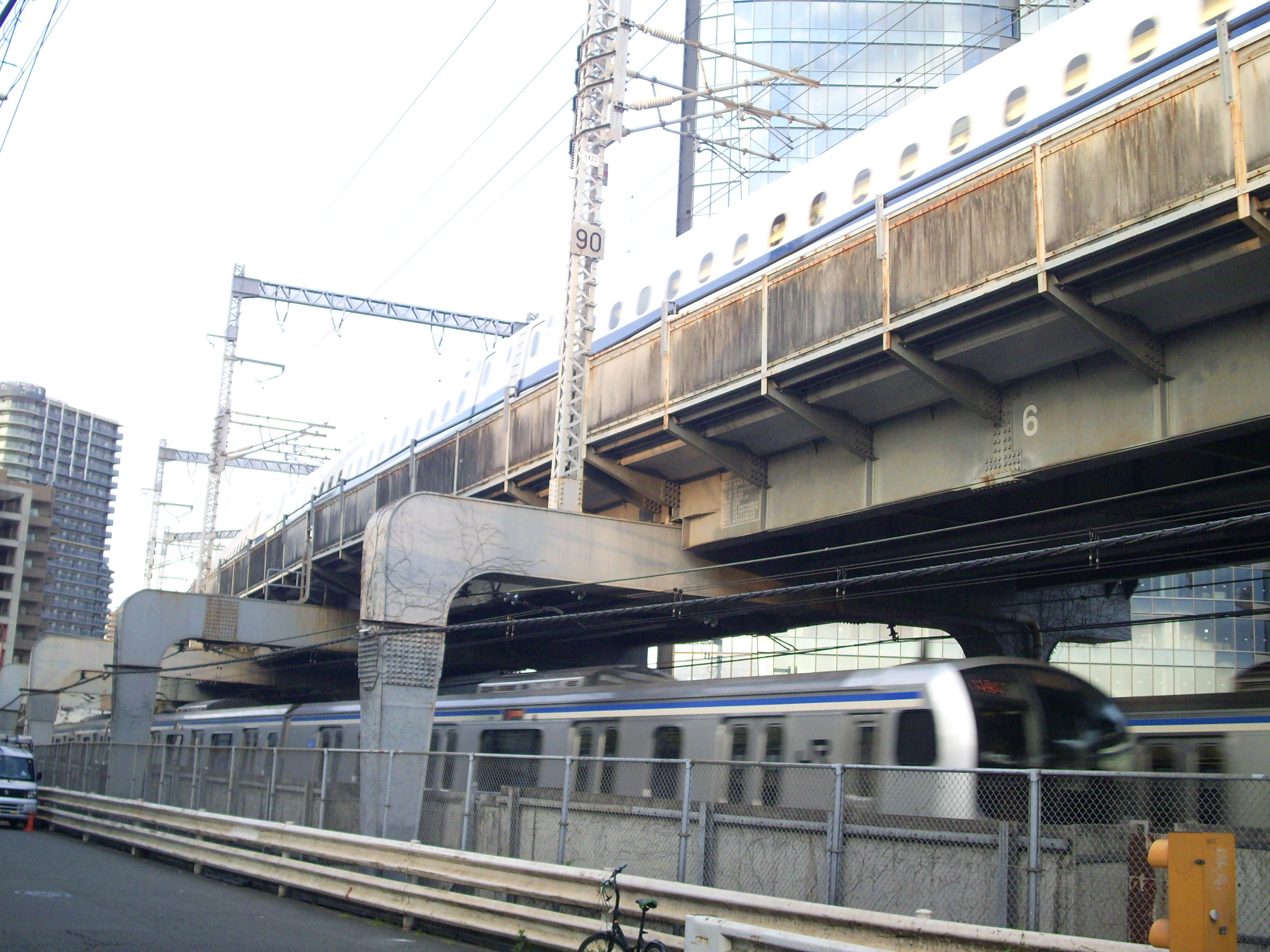 https://upload.wikimedia.org/wikipedia/commons/e/e1/Above_Bl_-_Hinkaku_line_%26_Tokaido_Shinkansen_3.jpg