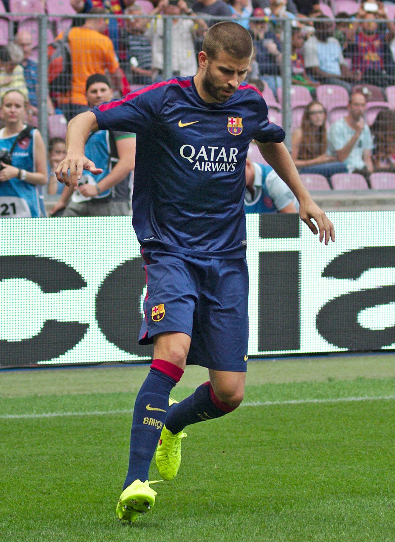 File:Barça - Napoli - 20140806 - Echauffement - Gerard Piqué ...