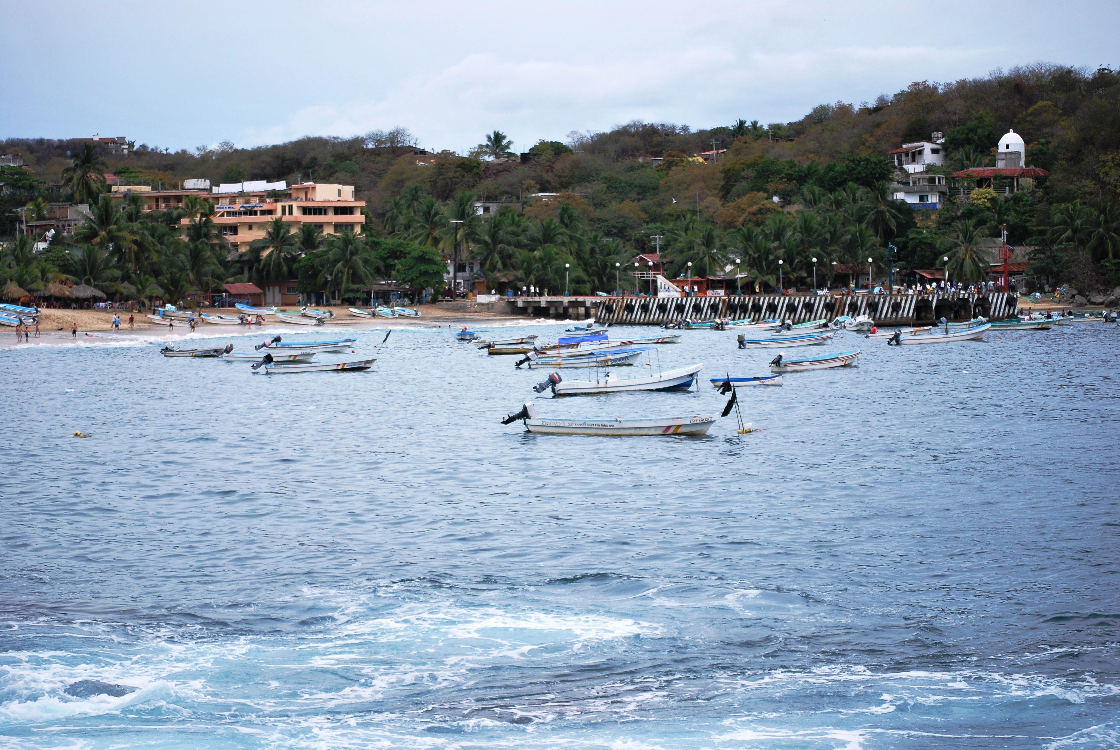 lanchas flotando sobre la playa de puerto angel