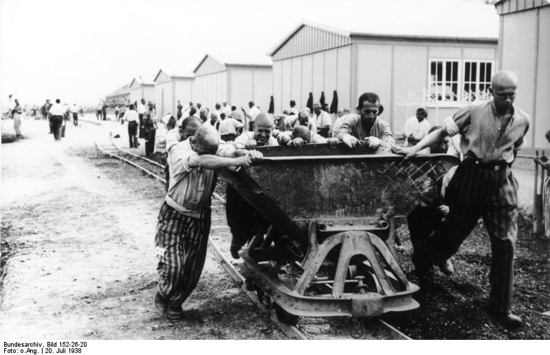 https://upload.wikimedia.org/wikipedia/commons/e/e1/Bundesarchiv_Bild_152-26-20%2C_KZ_Dachau%2C_H%C3%A4ftlinge_bei_Zwangsarbeit.jpg