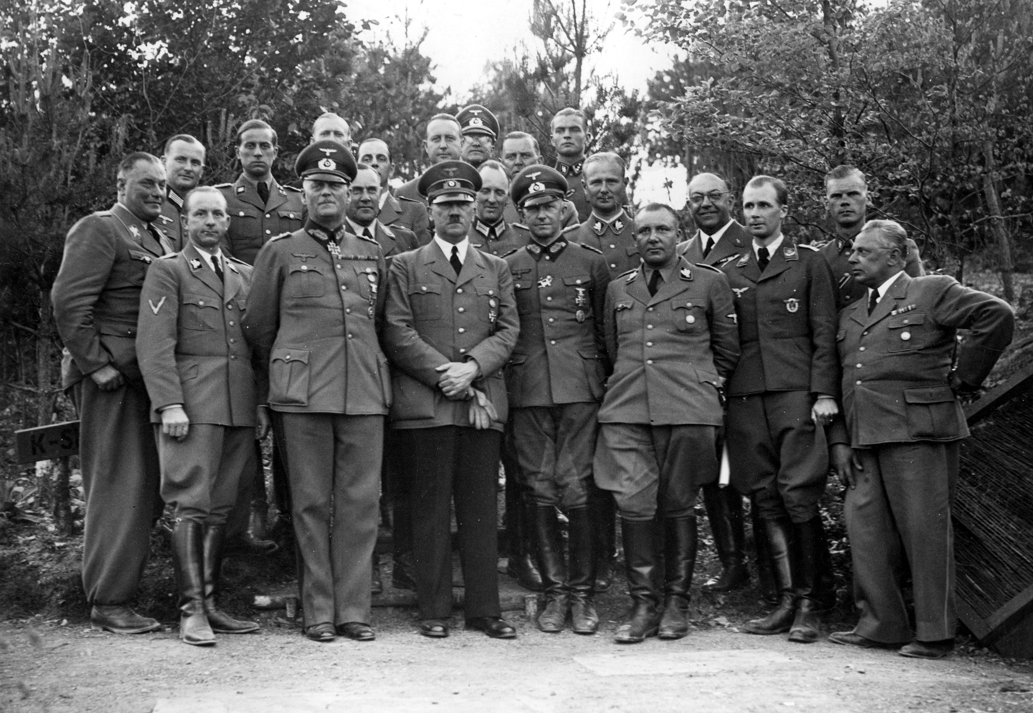 Файл:Bundesarchiv Bild 183-R99057, Führerhauptquartier, Adolf Hitler mit Stab.jpg – Уикипедия