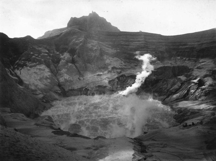 Berkas:COLLECTIE TROPENMUSEUM De krater van de Gunung Kelud na de vulkaanuitbarsting van 1901 TMnr 60025875.jpg