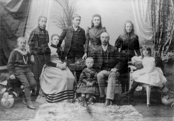 File:C Y O'Connor and family, 1891.jpg