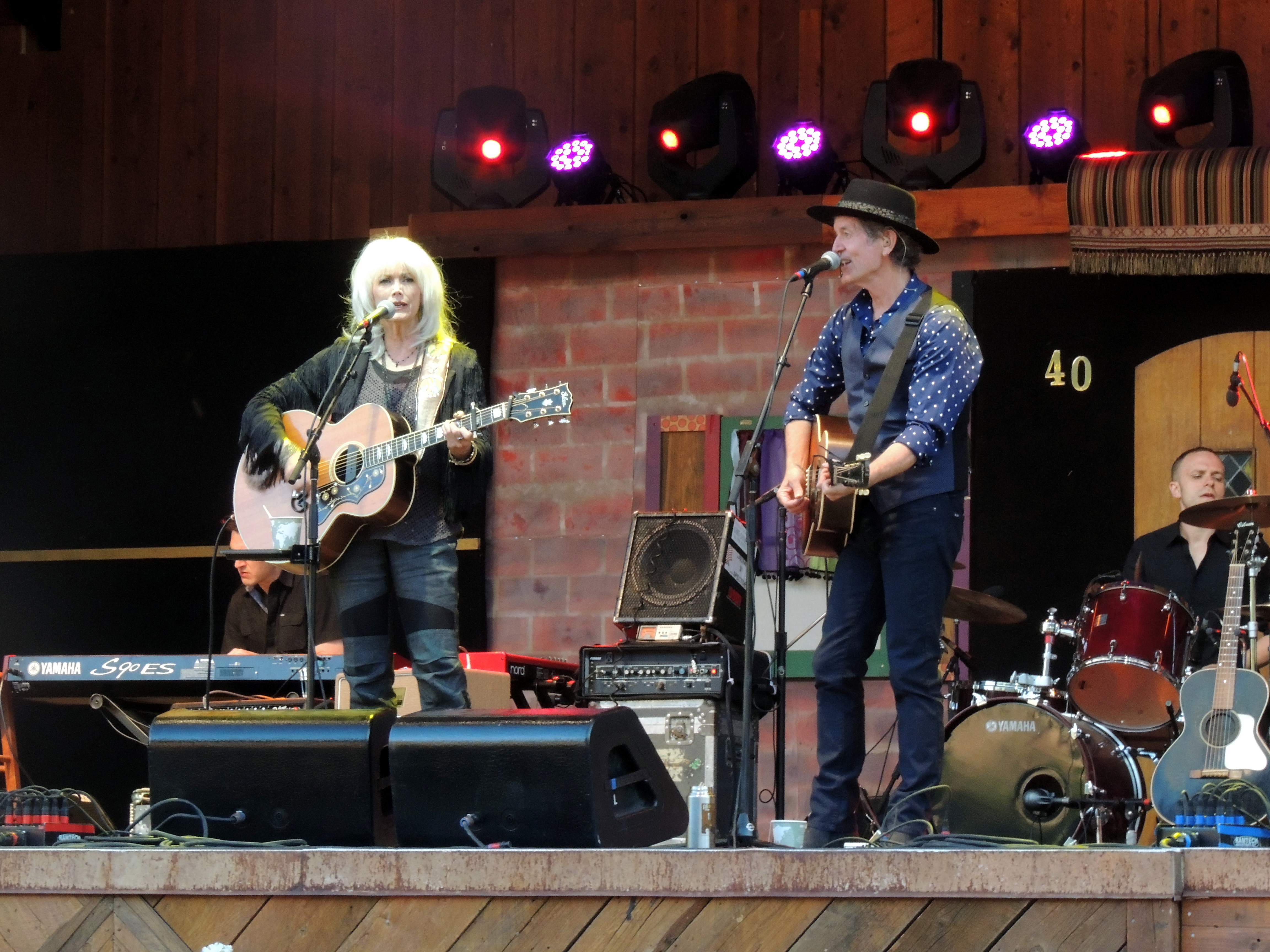 Emmylou Harrys e Rodney Crowell di Doug Anderson / CC BY (https://creativecommons.org/licenses/by/2.0)