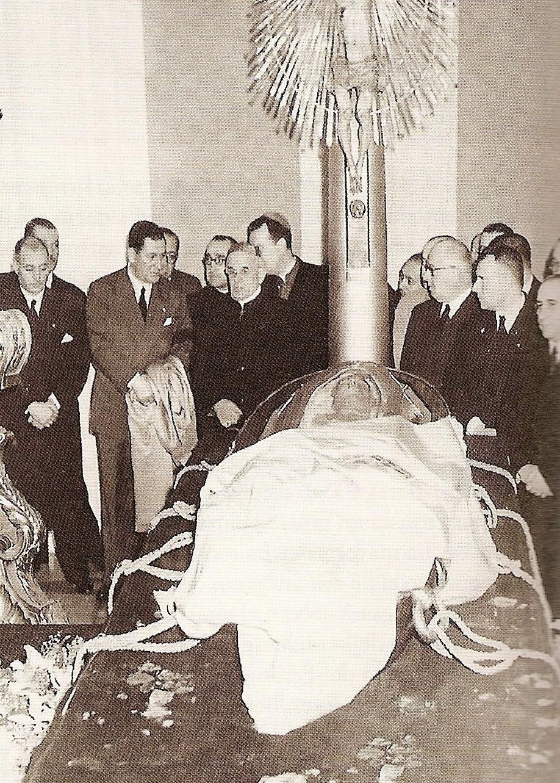 File:Evita embalsamada.jpg - Wikimedia Commons