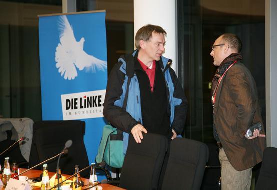 File:Jan van Aken im Gespräch (5407037347).jpg