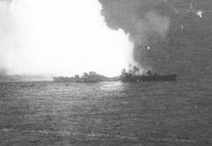 ファイル:Japanese destroyer Akizuki blows up.jpg