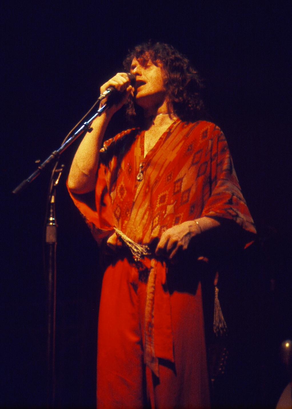 Jon Anderson cantando en concierto con Yes, en 1977.