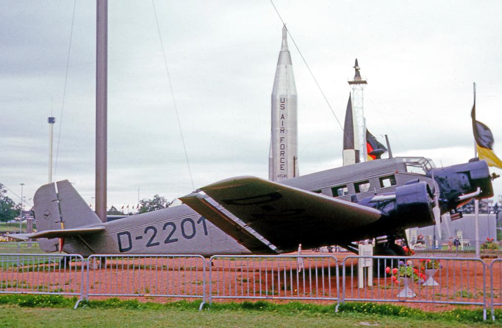 Seguimos contandooooooooooooooo  - Página 31 Junkers_Ju.52.3m_D-2201_Munich_29.07.65_edited-3