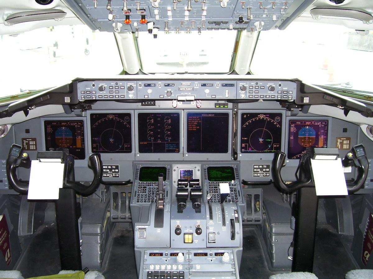 N938AT_Boeing_717_flight_deck.jpg