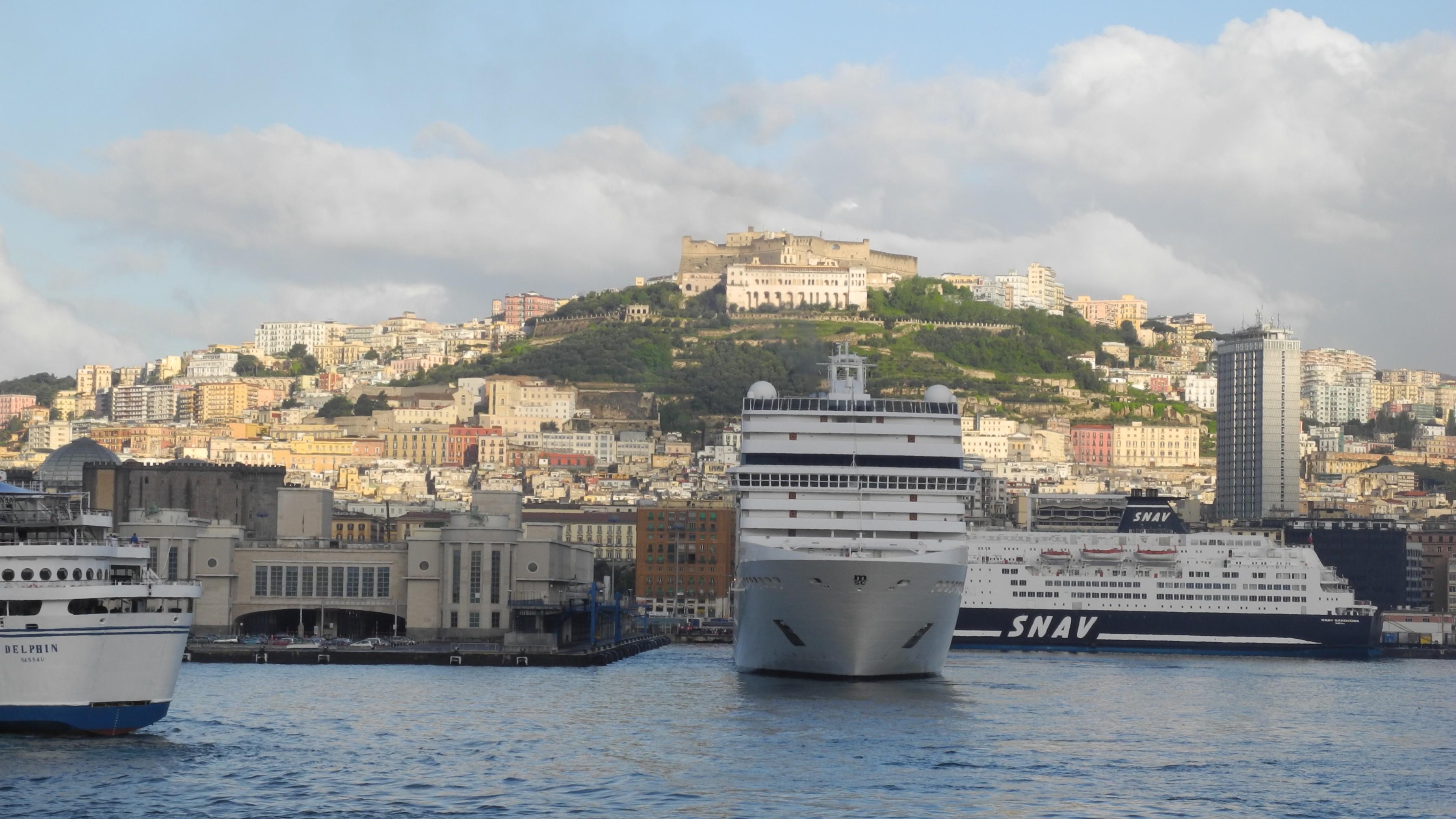 Napoli-Fährhafen, Kreuzfahrtschiff.jpg