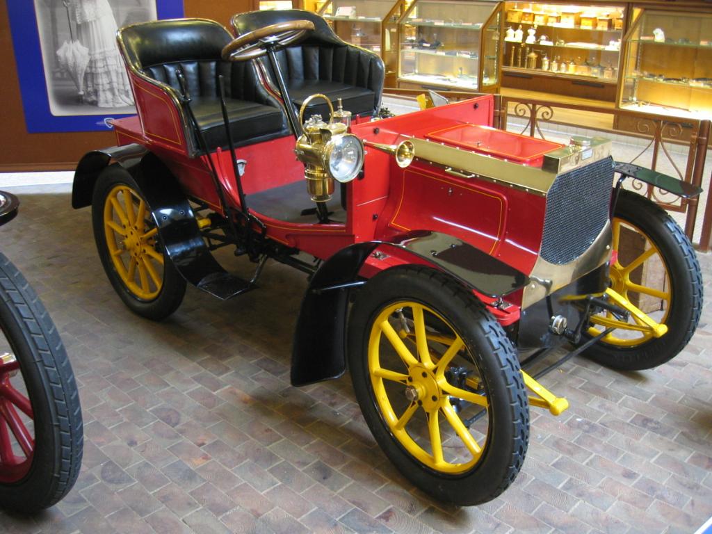 История компании Peugeot: от кофемолок через корсеты к автомобилям