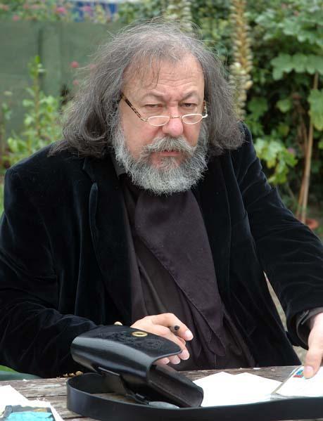 Pierre Dubois écrivant
