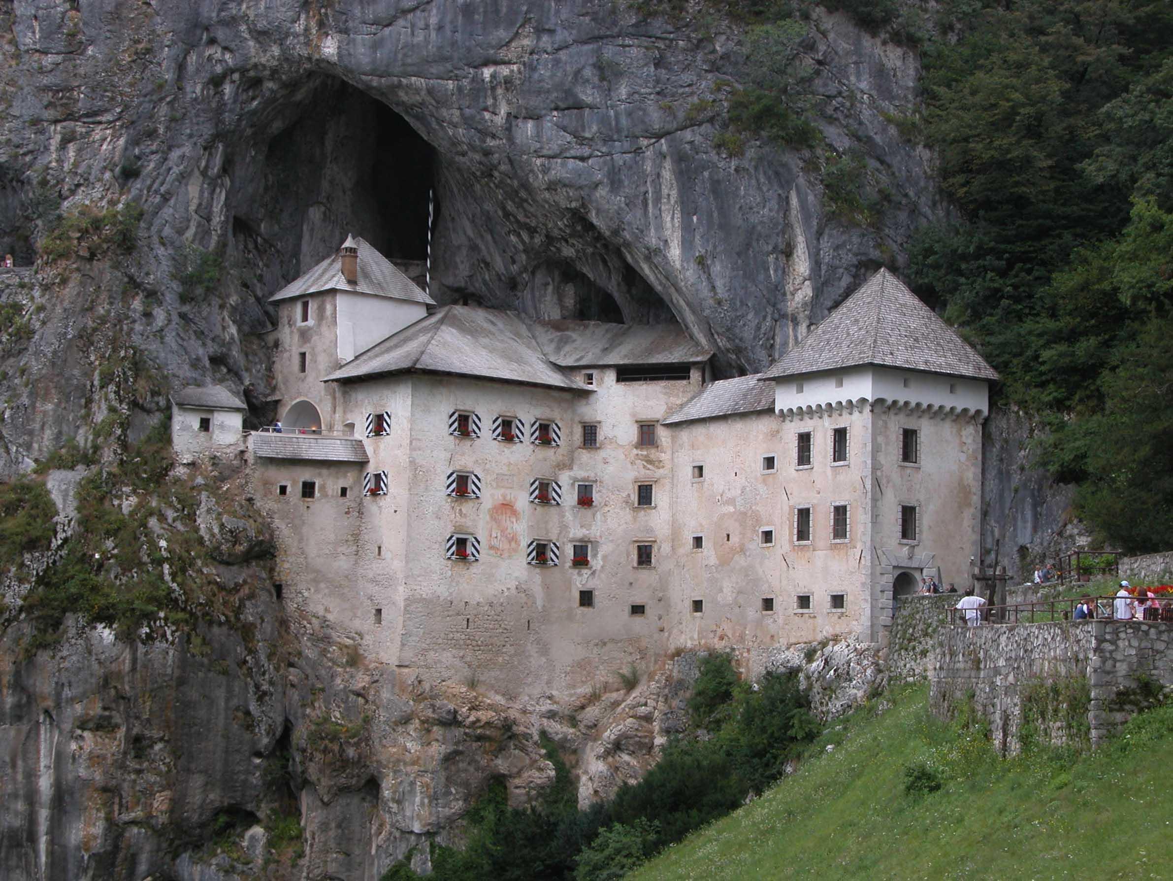 Dvorci koje verovatno nikada nećete posedovati - Page 2 PredjamskiGrad2