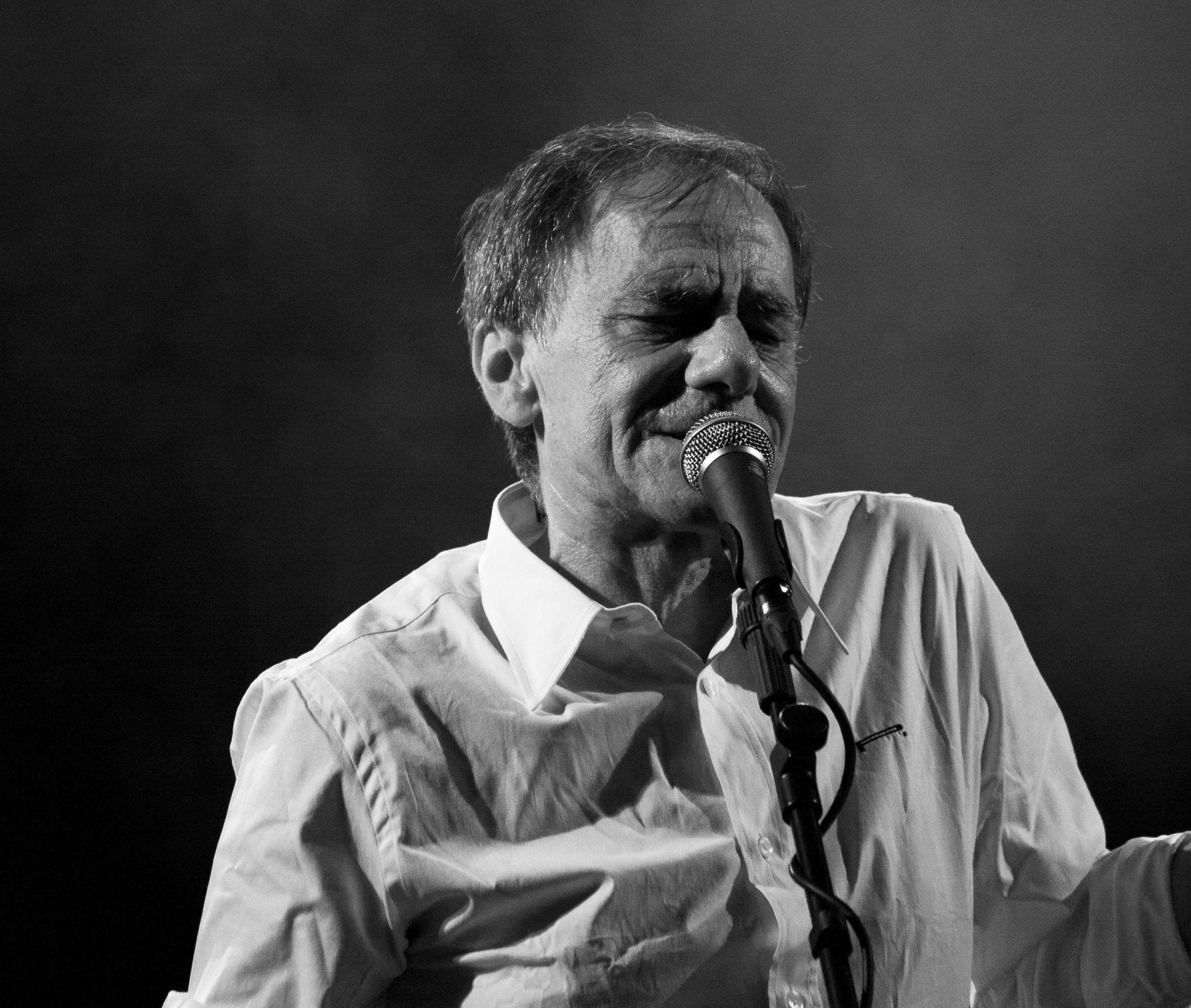 File:Roberto Vecchioni - Teatro Romano, Verona - 29 maggio 2011 (5782674816).jpg - Wikimedia Commons
