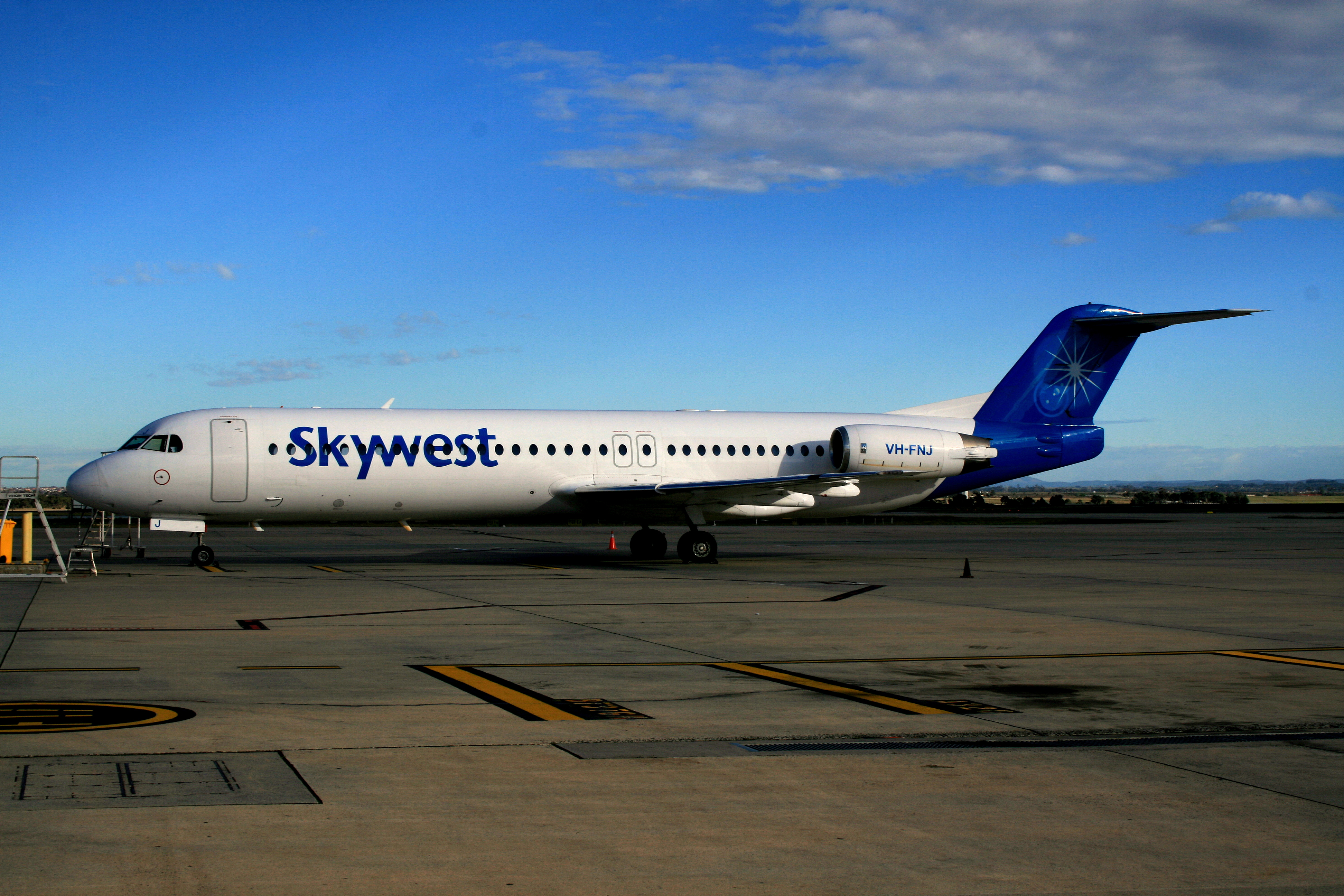 File Skywest Airlines Vh Fnj Fokker 100 At Perth Airport Jpg