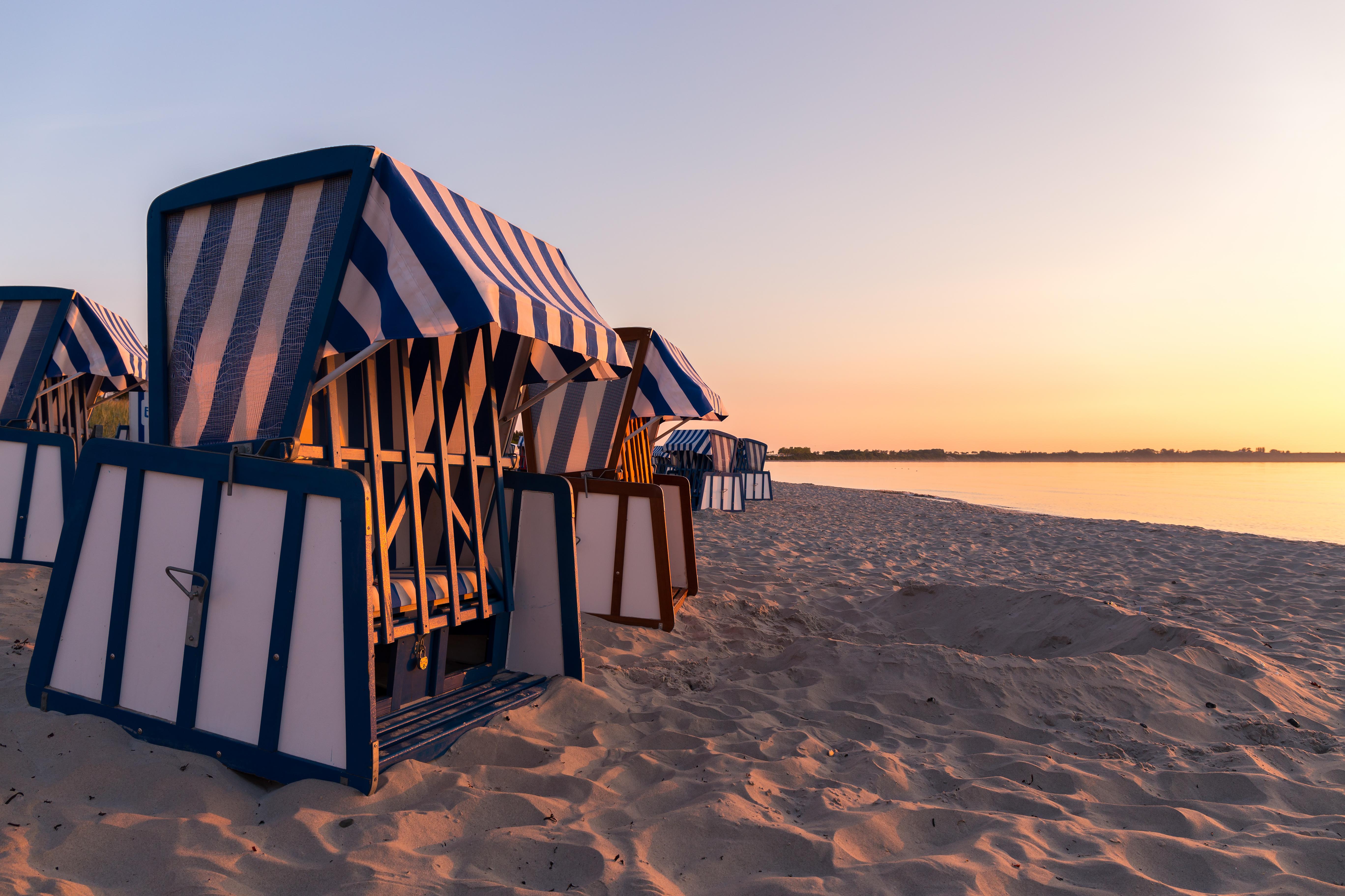 Strandkorb sonnenaufgang  File:Strandkörbe in Juliusruh bei Sonnenaufgang.jpg - Wikimedia ...