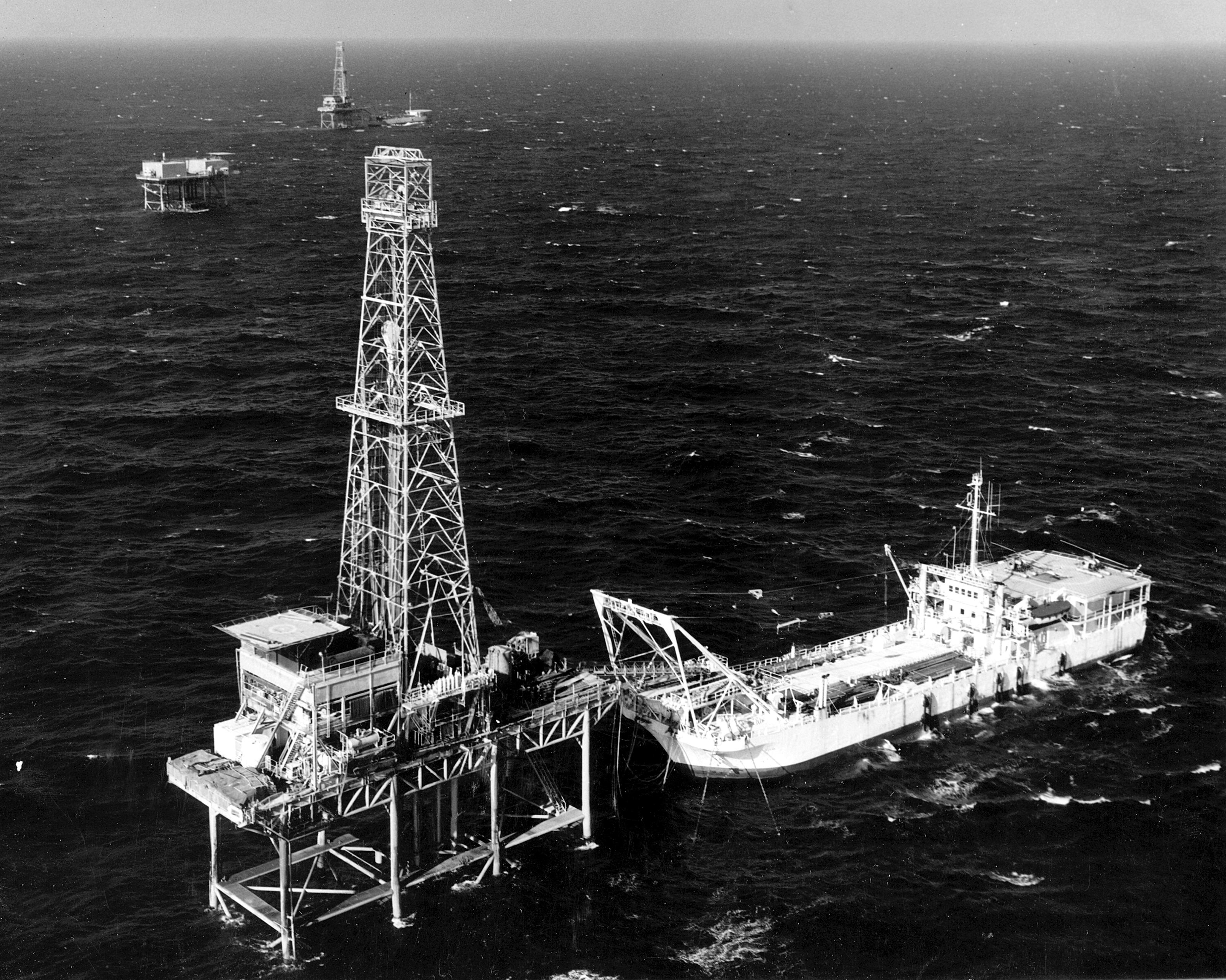 File:Tender and offshore oil rig platform, Louisiana.jpg - Wikimedia Commons