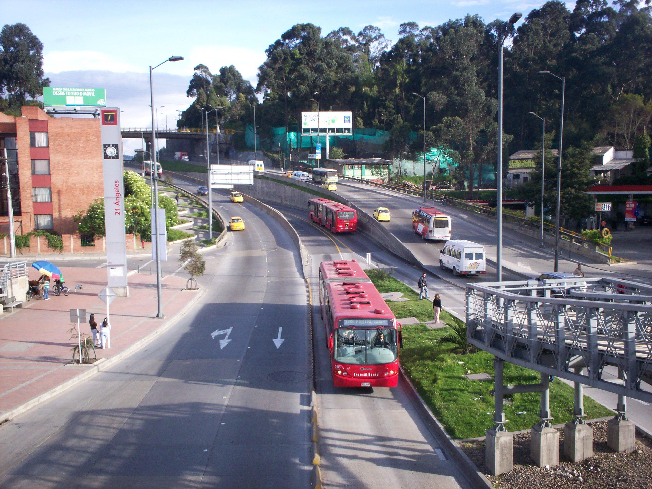 File transmilenio 21 angeles jpg wikimedia commons for Barrio ciudad jardin norte bogota