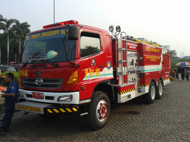 Truk pemadam kebakaran DKI Jakarta.jpeg
