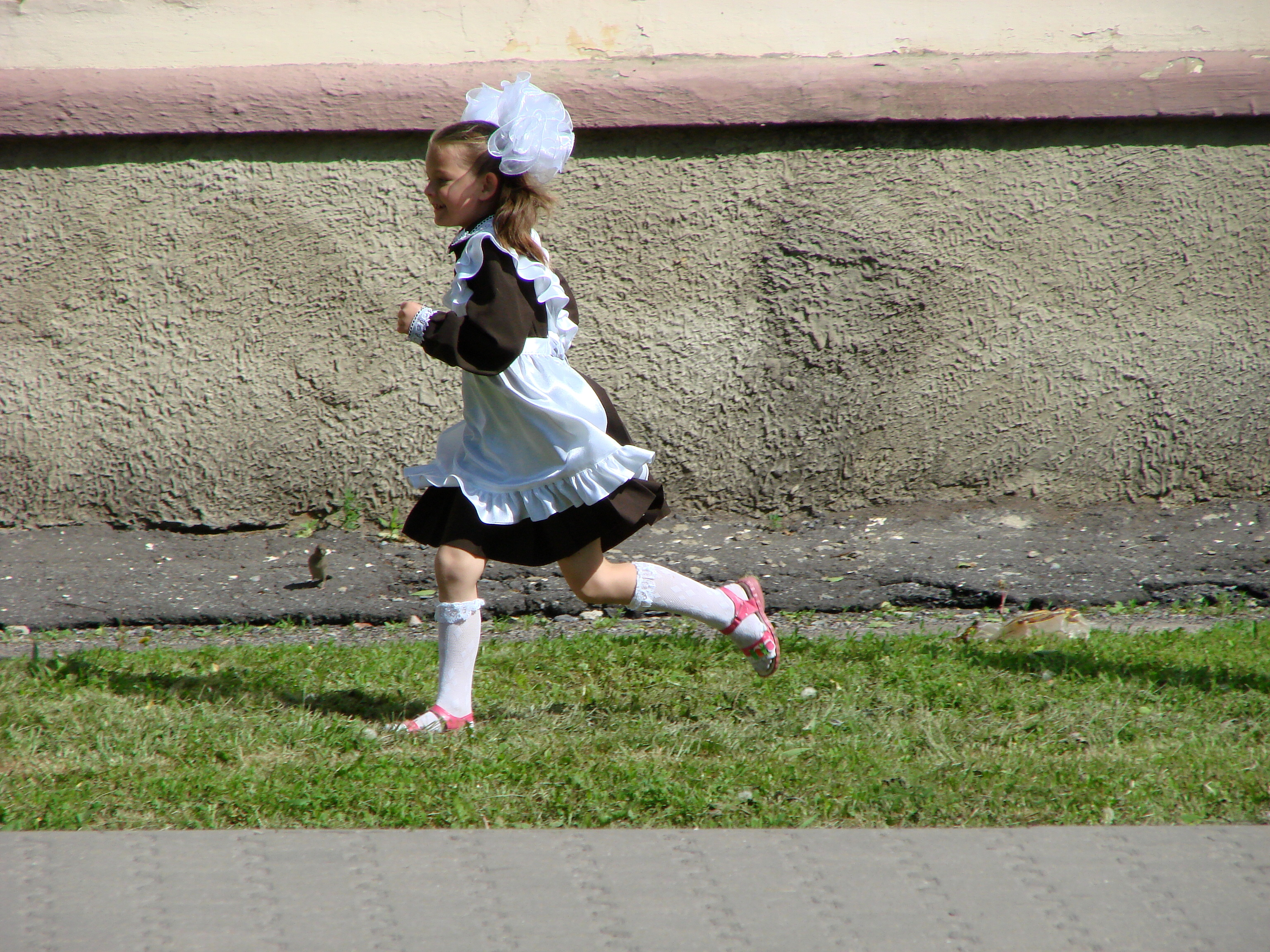 ファイル young girl in traditional dress running prokhorovka