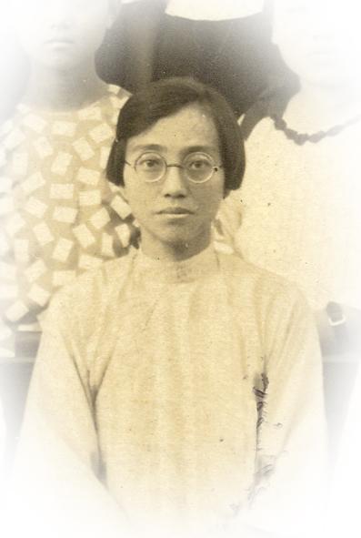 台灣最早的女醫生蔡阿信與她所教授的助產士學員合影。(原圖由中央研究院臺灣史研究所典藏)