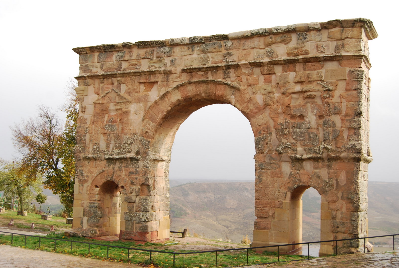 File Ancient Roman Triumphal Arch Of Medinaceli Spain Jpg Wikimedia Commons