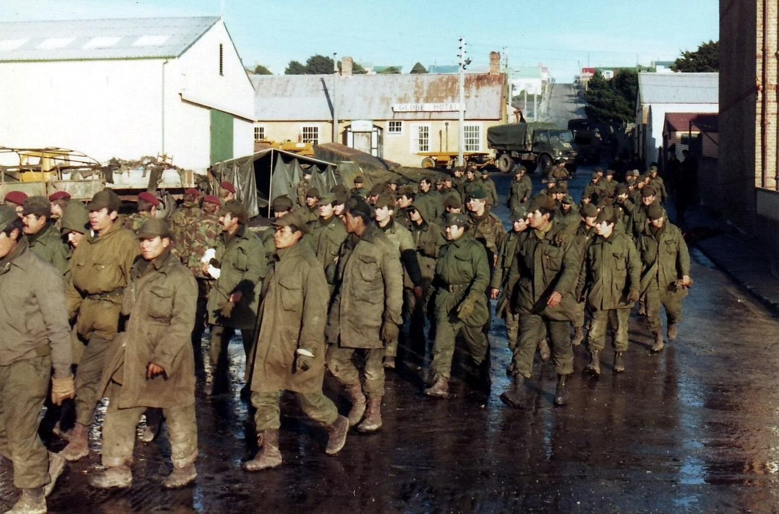 Prisioneros argentinos en la Guerra de Malvinas. Año 1982. Fuente: Wikipedia