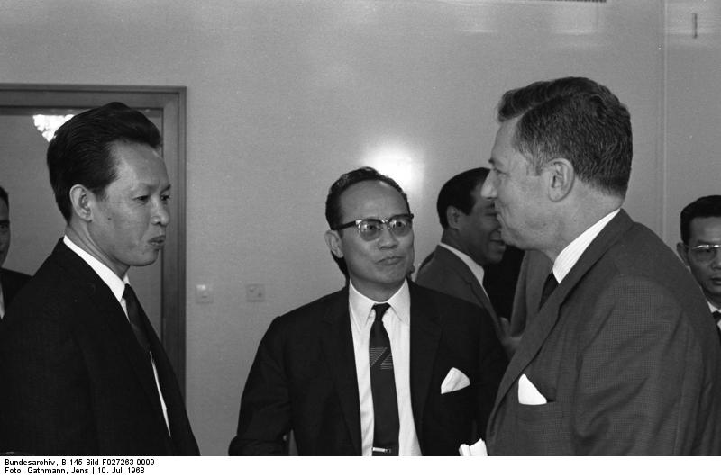 file bundesarchiv b 145 bild f027263 0009 bonn empfang blumenfeld f r politiker aus vietnam. Black Bedroom Furniture Sets. Home Design Ideas