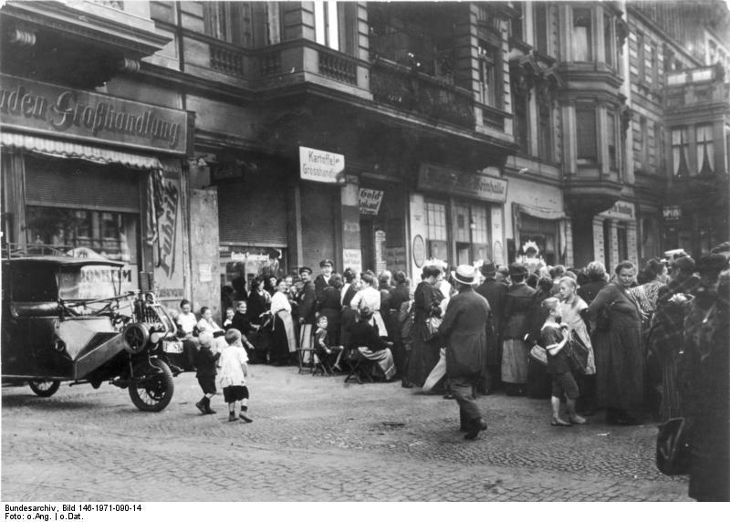 https://upload.wikimedia.org/wikipedia/commons/e/e2/Bundesarchiv_Bild_146-1971-090-14%2C_Notzeit_der_20er_Jahre.jpg